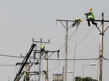 سقوط موظف بشركة الكهرباء اثناء تركيبه لمبة لعامود انارة