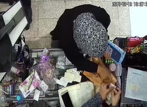 عمان : شاهد الفيديو .. سيدة تسرق احدى المحال عن طريق العاب الخفة والتنويم المغناطيسي