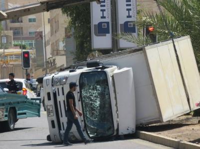 وفاة نزيلين واصابة 16 اخرين بحادث تصادم بين سيارة نقل المساجين ومركبة شحن شاهد الصور