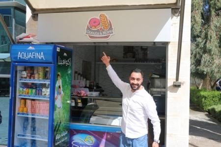 """طالب تسويق في """"الشرق الأوسط """":أطبق ما أتعلم من نظريات في كشك لبيع الكعك ا"""