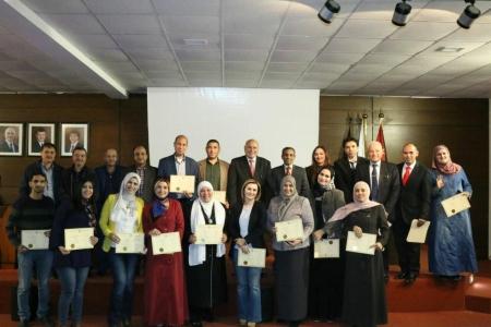 تسليم شهادات دورة إدارة الأزمات في كلية عمان الجامعية