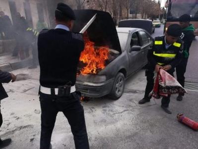 إخماد حريق شب بمركبة اثر تسرب مادة البنزين منها على دوار الداخلية