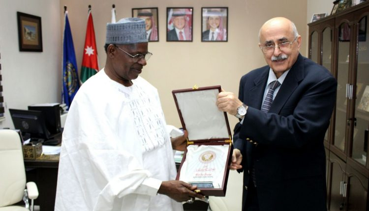 السفير النيجيري يزور الجامعة الأميركية في مادبا