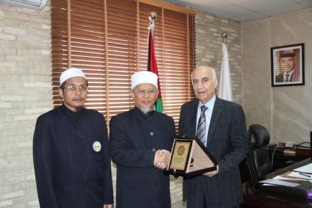 رئيس جامعة العلوم الإسلامية العالمية يستقبل رئيس جامعة فطاني في تايلند