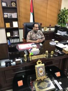 بالفيديو والصور…رئيس بلدية هاشمية الزرقاء يخلع بدلته الرسمية ويلبس الفوتيك لرش القوارض والحشرات