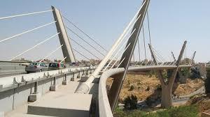 الأمن يثني شخصين هددا بإلقاء نفسيهما من أعلى جسر عبدون
