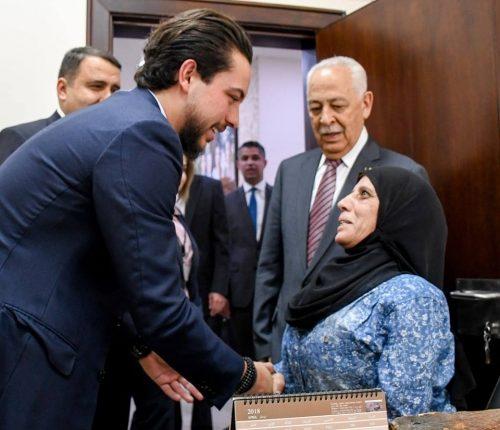 شاهد بالفيديو و الصور … الامير الحسين يزور خدمة الجمهور في الديوان الملكي