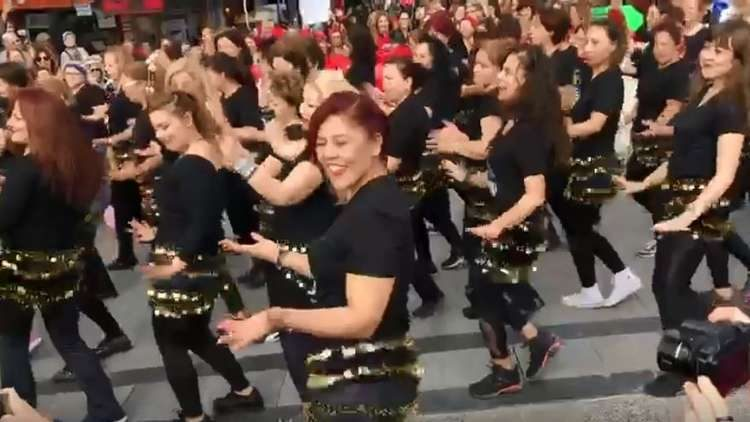 """فتيات تركيات يشعلن شوارع """"أزمير"""" رقصا على أنغام أغنية لـ""""مصر"""" (فيديو)"""