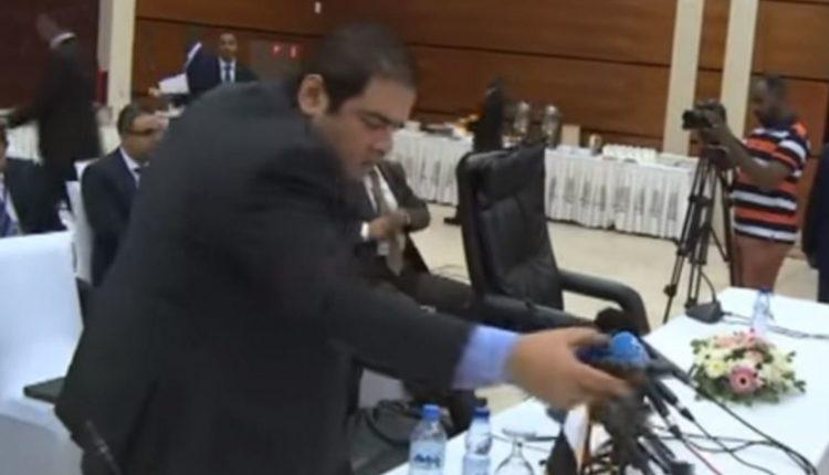 """شاهد ماذا فعل وفد مصري دبلوماسي مع قناة """"الجزيرة"""" في مفاوضات سد النهضة"""