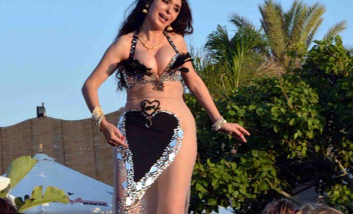 الراقصة دينا كشفت عن صدرها.
