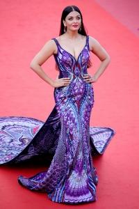 شاهد.. فستان أيشوريا راي المذهل في مهرجان كان والذي استهلك 3000 ساعة لتصميمه!