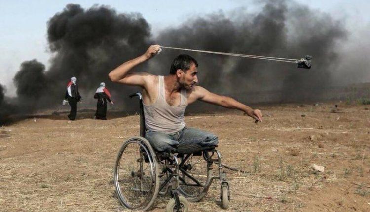 لقطات هزت العالم تروي قصة بطل.. فقَدَ ساقيه في ساحات القتال واستشهد في مسرة العودة
