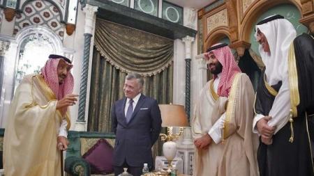 """شاهد بالصورة … الملك وسلمان وقادة """"قمة مكة"""" ينظرون للمعتمرين"""