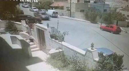 شاهد بالفيديو…عدم انتباه سائق يتسبب بانقلاب مركبة في الزرقاء