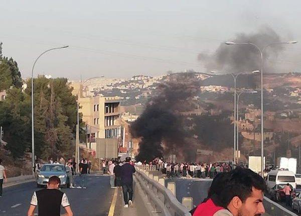 بالصور .. محتجون يغلقون مدخل مدينة السلط احتجاجا على عدم الافراج عن موقوف قضائي