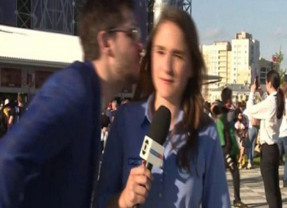 بالفيديو…كيف تصرّفت مراسلة مع شاب تحرّش بها خلال تغطيتها للمونديال؟