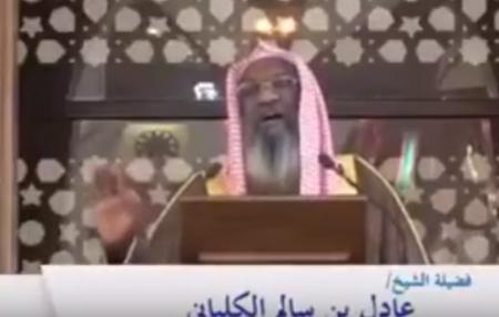 بالفيديو…هكذا أحرج إمام الحرم المكي أحد المصلين  أثناء خطبة الجمعة