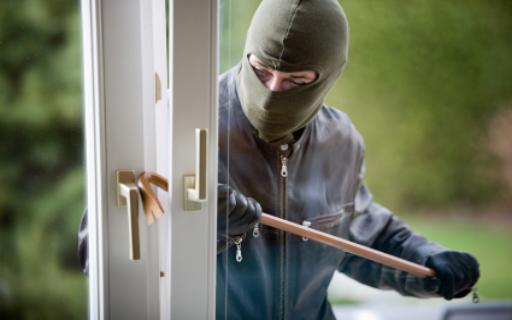 القبض على شخص سرق 350 الف دينار ومصاغ ذهبي من احد المنازل .عمان