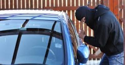القبض على شخص سرق مبلغ ١٠ الاف دينار من داخل مركبة في عمان