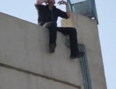 للمرة الرابعة .. ثلاثيني يهدد بالانتحار بالقاء نفسه من فوق بناية في مادبا