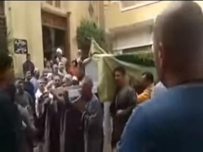بالفيديو .. قصة صادمة .. نعشِ سيدة يرفض دخول المسجد يثير جدلا واسعا على مواقع التواصل الاجتماعي