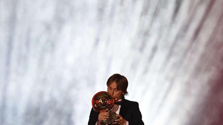 لوكا مودريتش يتوج بجائزة الكرة الذهبية