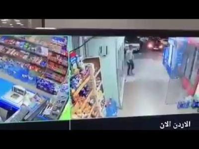 """اطفال يسرقون """"سوبر ماركت"""" بطريقة مثيرة للجدل! (فيديو)"""