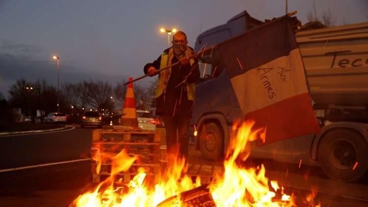 """حكومة ماكرون تتراجع أمام احتجاجات """"السترات الصفراء"""" وتعد بتعليق الزيادة الضريبة على الوقود"""