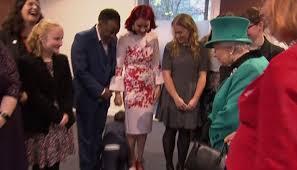 شاب يهرب من ملكة بريطانيا على ركبتيه