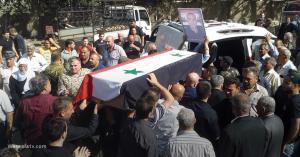 بالفيديو .. قصة صادمة .. عسكري سوري يخرج من التابوت إلى الحياة اثناء تشييع جثمانه ..