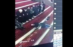 بالفيديو .. لحظة وفاة امام مسجد اثناء أداءه صلاة العشاء
