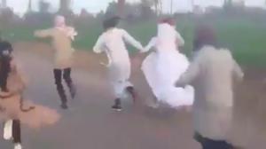 بالفيديو .. عروس تهرب من سيارة الزفاف إلى الحقول والسبب صادم !!