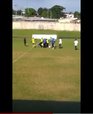 فيديو صادم : وفاة لاعب كرة قدم أثناء مباراة في الدوري