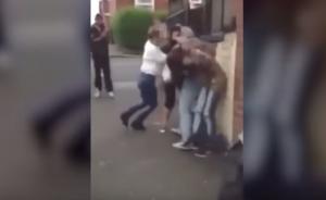 بالفيديو .. شجار عنيف  بين 4 فتيات على شاب ..