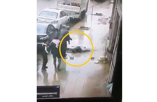 بالفيديو .. سقوط حجر كبيرة على رأس شخص في منطقة راس العين و