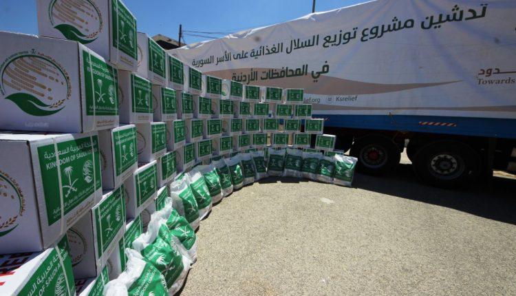 في محطتة الثالثة  مركز الملك سلمان للإغاثة يوزع 21 طناً من السلال الغذائية الرمضانية على الاشقاء اللاجئين السوريين في محافظة الزرقاء