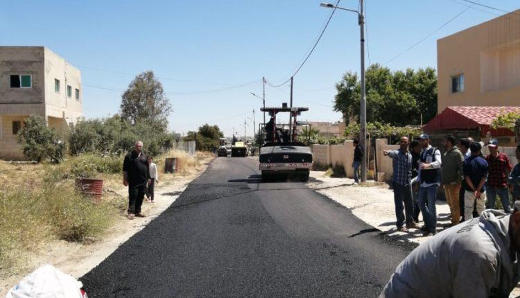 الازايده: البلديه بدأت بتنفيذ عطاء الخلطات الاسفلتيه للشوارع داخل المناطق التابعه لها والبالغ( 85،000) خمسه وثمانون الف متر مربع .   مادبا )