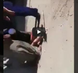 """بالفيديو .. لحظة مقتل 3 اشخاص بسبب """"رش المياه"""" أمام منزلهم"""