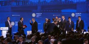 حرس بوتين ينقذون الرئيس الصيني من موقف محرج.  فيديو