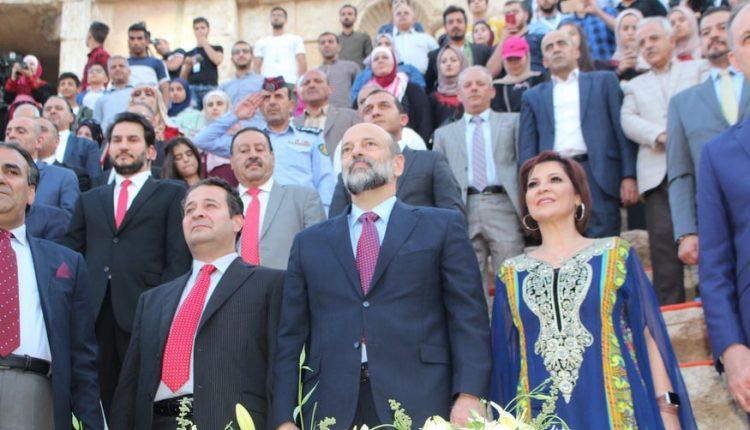 """بالصور…مندوبا عن الملك ..الرزاز يفتتح فعاليات """"مهرجان جرش"""