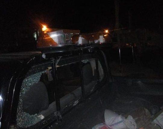 بالصور .. مجهولون يحطمون مركبات تابعة لوزارة الاشغال على الطريق الصحراوي