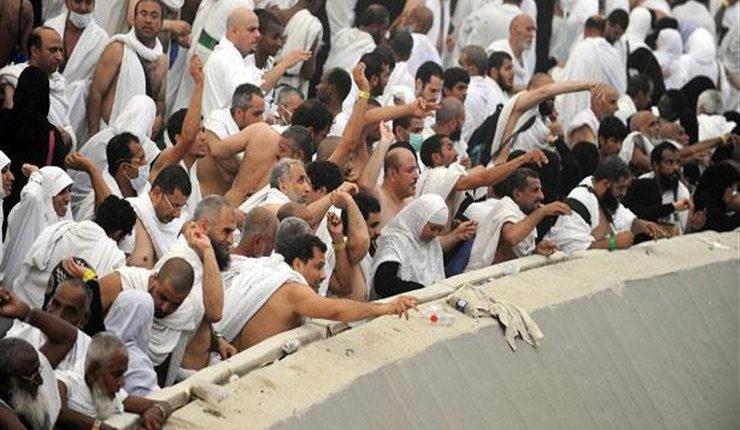 الحجاج يرمون جمرة العقبة في أول أيام عيد الأضحى المبارك