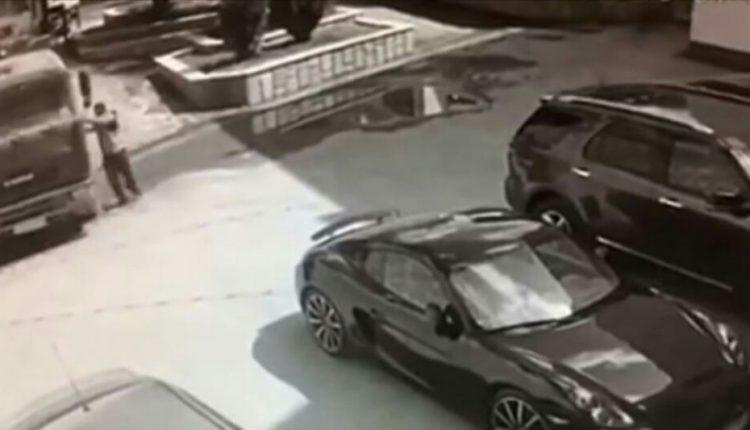 شاهد.. رجل يوقف شاحنة بيديه قبل اصطدامها بسيارة بورش على بعد عدة سنتيمترات