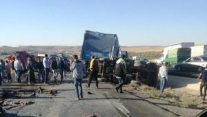 حادث تصادم وقع بين تريلا ومركبة صغيرة على الطريق الصحراوي نتجه عنه اربعة وفيات
