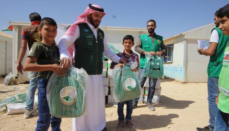 مركز الملك سلمان للإغاثة يباشر توزيع الحقائب المدرسية على أبناء السوريين في مخيم الزعتري