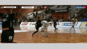 لاعب كرة قدم ينجو من الموت في الملعب. تفاصيل