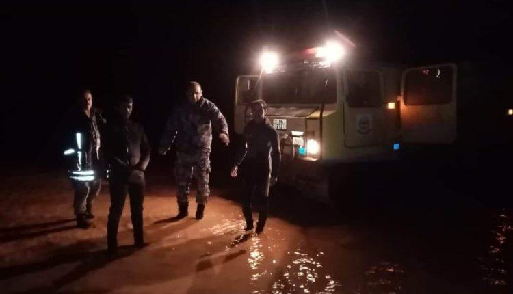 بالصور..الدفاع المدني يساعد عدد من المواطنين مع راعي أغنام حاصرتهم مياه الأمطار في الرويشد