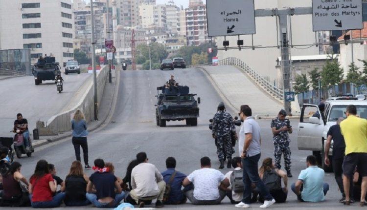 لبنان .. محتجون  يقطعون الطرق الرئيسية