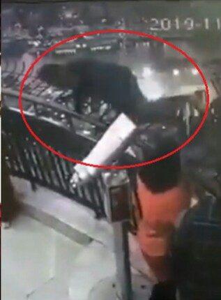 فيديو صادم : طالب يُلقي بنفسه من أعلى برج القاهرة .. وهذا ما قاله قبل انتحاره