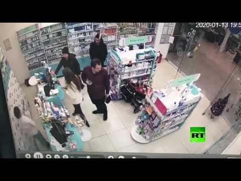 """شاهد بالفيديو .. """"الزّوجان اللصان"""".. يستخدمان طفلتهما لسرقة محلّ!"""